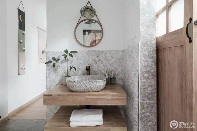 卫生间把洗手盆设置在走廊位置,整体灰色地面与墙面,双层的洗手盆架子,在台上盆的布置下,显得自然温馨而优雅。