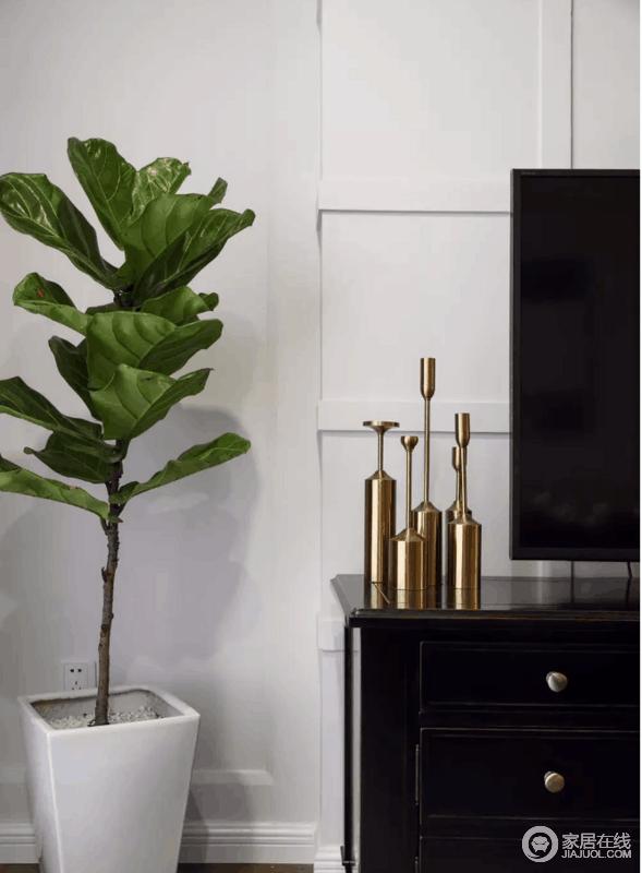 电视墙一侧摆一盆琴叶榕,配合电视柜上的金属摆饰,显得清新而又精致。