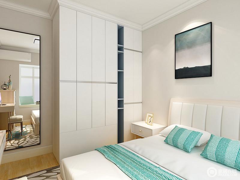 卧室以浅驼色漆粉刷墙面,白色定制衣柜解决收纳问题,挂镜也十分贴心,让生活足够方便。