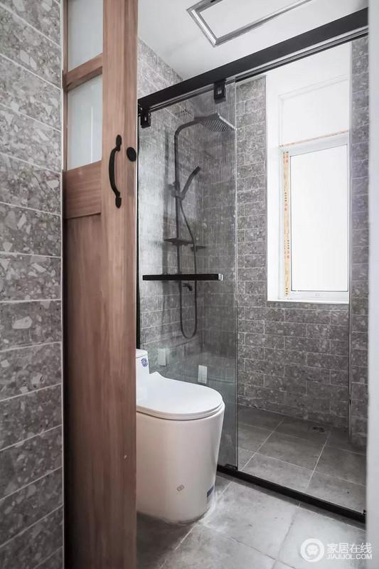 卫生间门以推拉门,独特复古调的墙面砖,结合偏黑的淋浴玻璃隔断,整体显得简约实用又自然粗犷的质感。