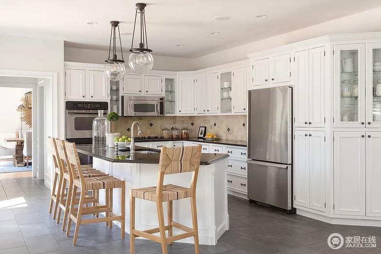 一字型的白色厨房也非常的能够融入到这个实木的空间中来。透明玻璃门的橱柜。精致的操作台还带有一些银制品的精致感在里面。