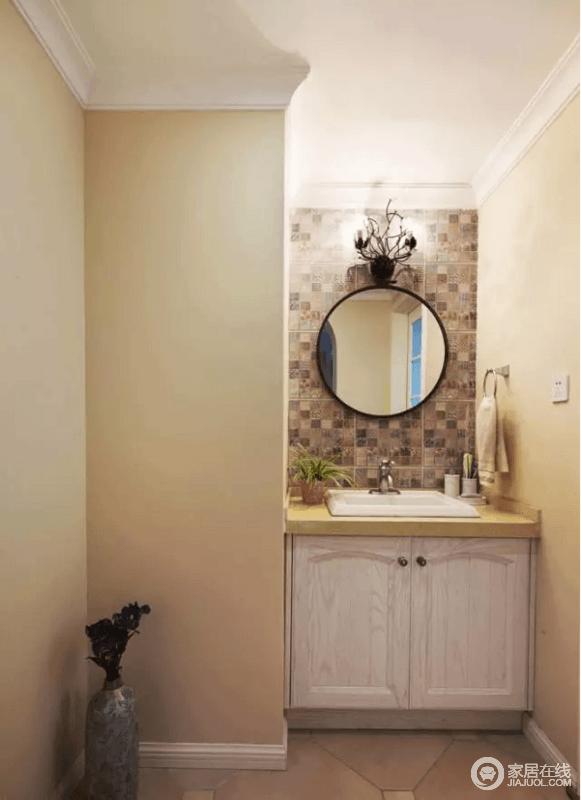 卫生间的洗漱台完美地解决了户型上的缺陷,转角得到了充分的利用。