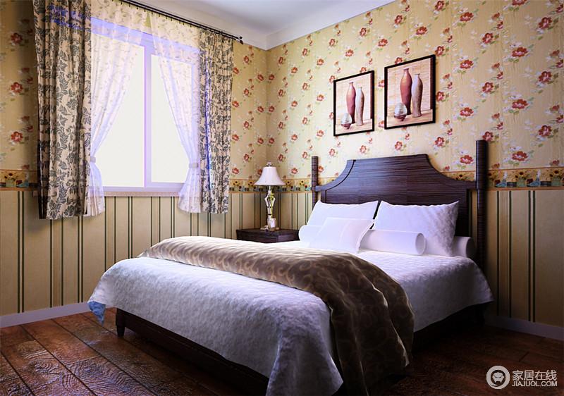 卧室并没有太多的装修,设计师以原木地板塑造生活应有的朴素;米色为底,红色花卉壁纸让空间多了芳香和烂漫,并巧妙地以拼接式设计让空间多了层次,实木床榻因为白色布艺床品更显舒适感,仿旧的挂画,让你感受手工艺的美。