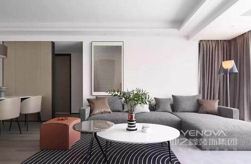 白色的空间给人一种自然的安适,而灰色系布艺沙发搭配窗帘,给予空间素静和灰雅,具有弄够的简约风;圆形茶几搭配酒红色坐凳与之组合,实用而简洁,给空间带来色彩美学,绿植点缀也添置清新的格调。