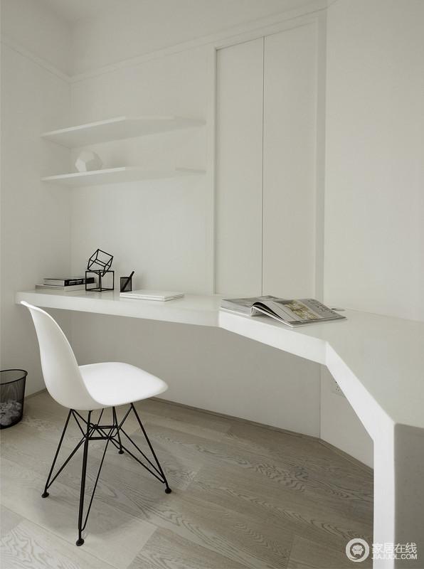 书房里大白墙配原木地板,浓郁北欧风透着极简主义。多边形长条搁架打造成书桌,桌上随意摆放着书籍,阿姆斯特椅坐镇书台中央,与隐形收纳墙相对,空间静逸出空旷、安宁与自由。