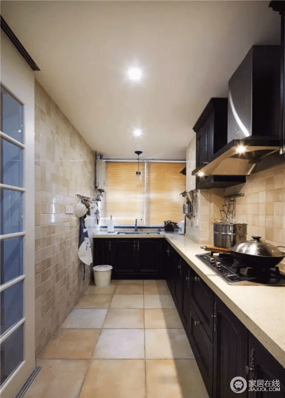 传统的L型厨房,视觉延伸会拉长整个厨房,按需求设上下橱柜十分实用。