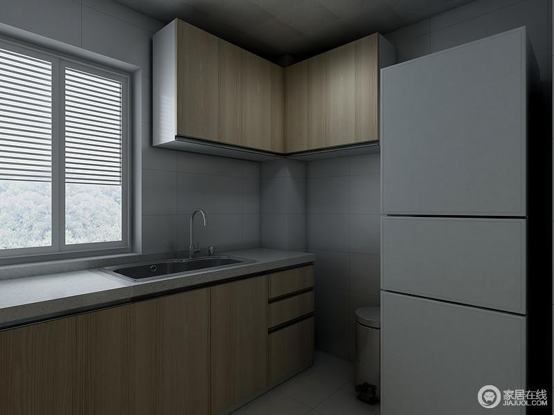 厨房以浅灰色砖石来铺贴墙面,搭配原木橱柜,朴素之中,更为利落而实用,解决了主人的后顾之忧。