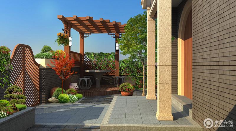 庭院的设计富有自然气息,设计师用利落雅致的灰色方砖铺陈地面,搭配灰褐色清水砖墙面,凸显气势的立柱对称营造,整体感有着内敛华贵之气;木质凉亭的搭建和绿化带的栽植,配上拱形木条门,一派闲逸悠然风情。