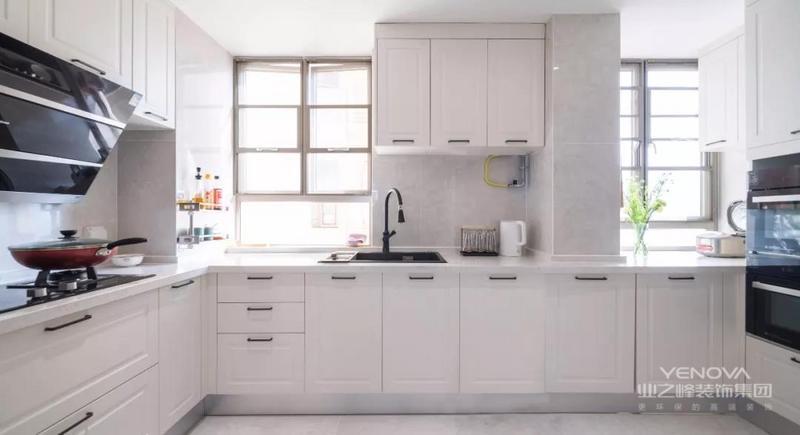 在这个案例中,大理石瓷砖搭配大量的金属元素、石膏线条,再加上一些闪亮的装饰元素作为点缀,轻松演绎轻奢之美,缔造出让人无限回味的空间。