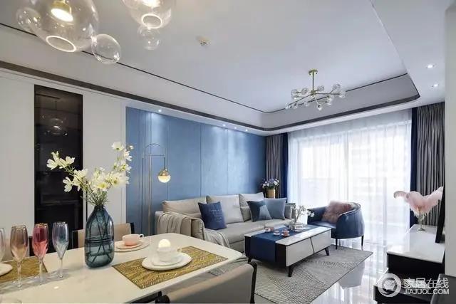 沙发墙是蓝色的护墙板,在现代舒适的空间里带来一个安静优雅的舒适感。