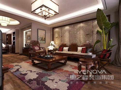 丰富的传统印花,赋予空间悠然的柔情,清式家具的复古古韵,在空间所释放出的诗意中,更添风雅之意;花鸟鱼虫、祥云繁缛,虚实相间,在静谧的光影下,相得益彰;客厅空间被诠释的从容厚重