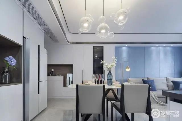 餐厅现代简洁的空间,并且嵌入到旁边的餐边柜里,整体给人一种整洁优雅的气质感。