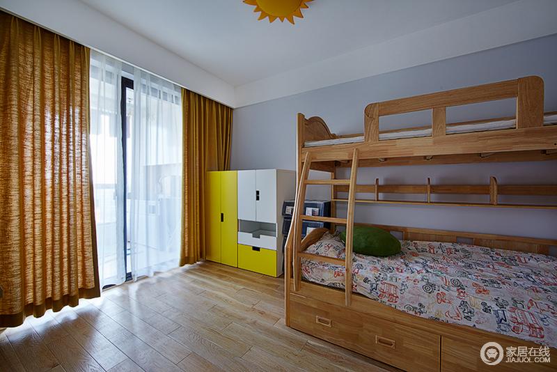 浅灰色的低调雅致,凸显了木质的自然简约,使儿童房里充满了环保清新的温馨味道;橙黄色的窗帘与木色相近,白纱与黄白相间的衣柜呼应,花色的床品平添一丝趣味浪漫。