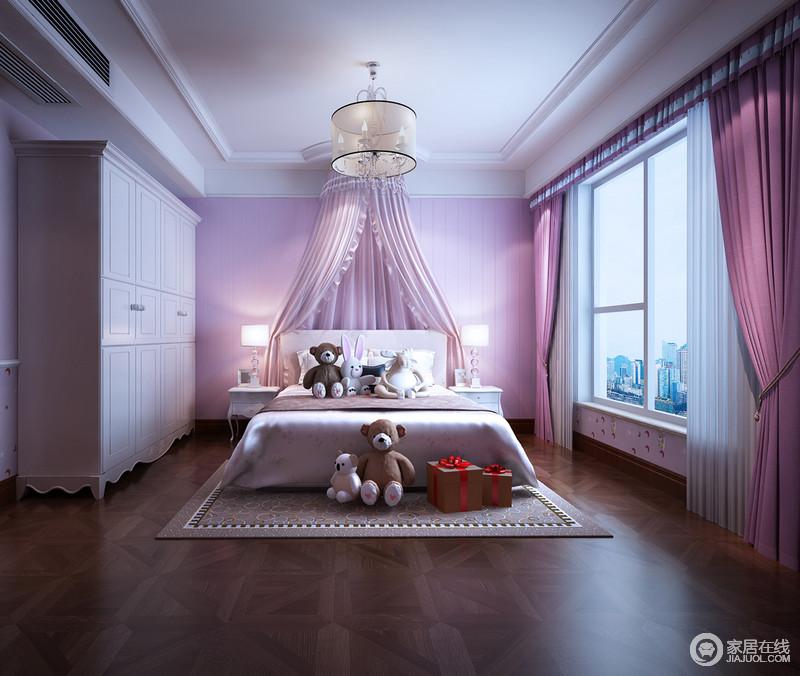 空间规整,白色吊顶、衣柜与粉色系背景墙、窗帘、床幔构成和谐、温柔,增添了生活的甜美;各式玩偶带来童趣,而组合式床头柜带着以古典造型,让空间不失大气。