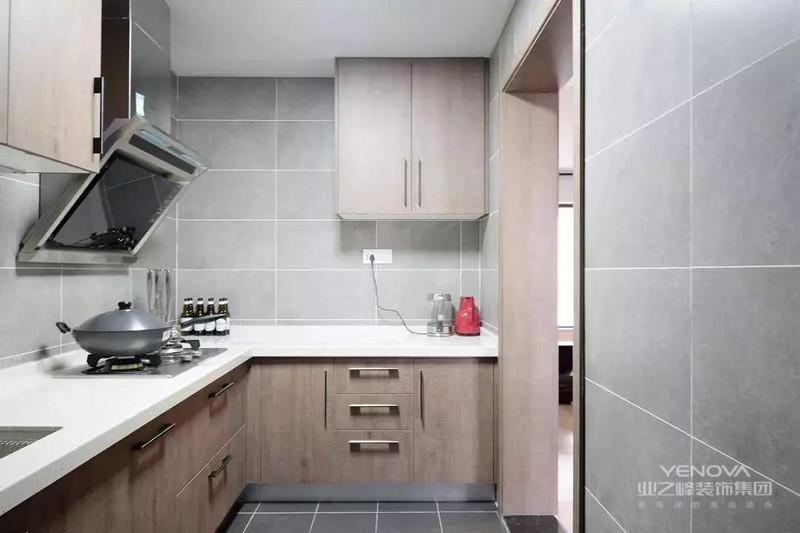厨房以哑光灰色地面墙面砖搭配,结合木质的橱柜,小小的厨房也令人轻松大方。