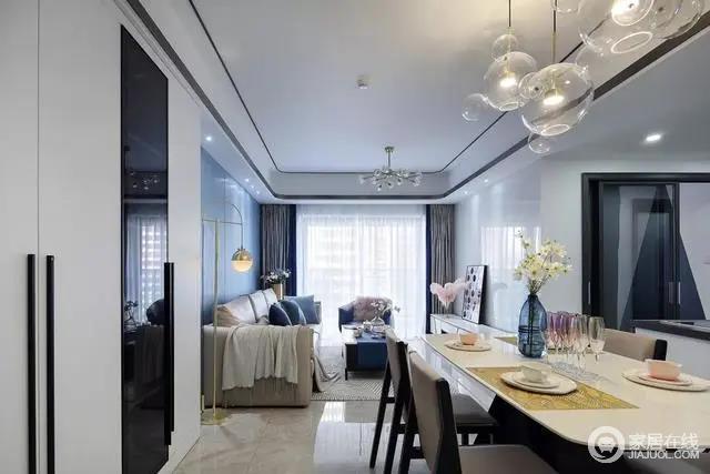 大理石质感的餐桌,顶上还有一组泡泡吊灯,布置出一个奢华梦幻的档次感。