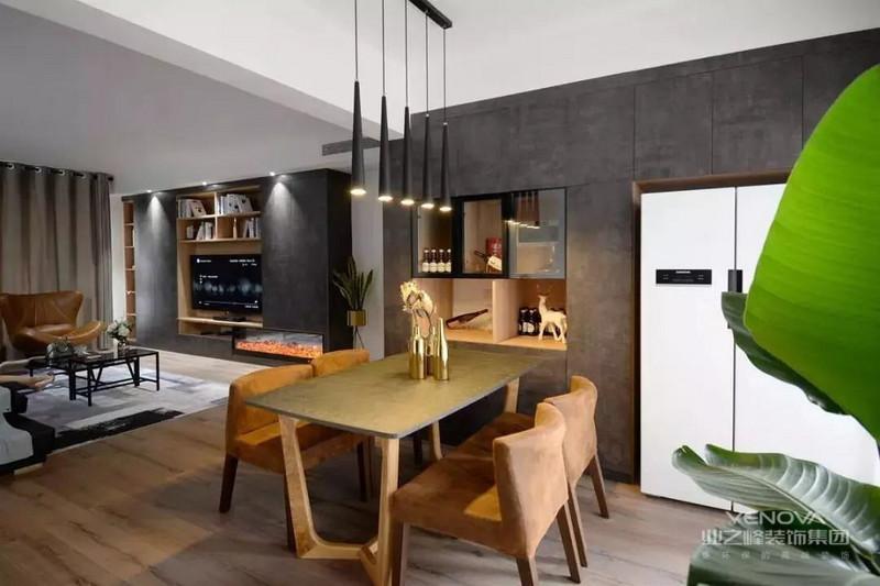 餐厅布置上一套轻奢范餐桌椅+褐色的餐椅,侧边的餐边柜装满整墙。
