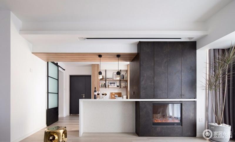 空间将大梁做了巧妙的处理,利用黑色板材进行装饰,并与壁炉构成一个整体,给整个家带来简约之风,利落而温馨。