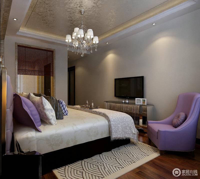 卧室以灰色主调,意在营造一个素净的氛围,而金箔吊顶与原木地板平衡着空间的氛围,更为温和;紫色铆钉扶手沙发的梦幻与白色几何地毯裹挟着金属电视柜,塑造了一个现代古代的舒适空间。