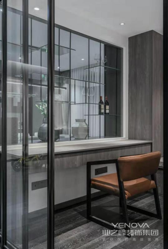 玻璃材质保证了采光及室内的通透性,同时有突出酒柜的实用性
