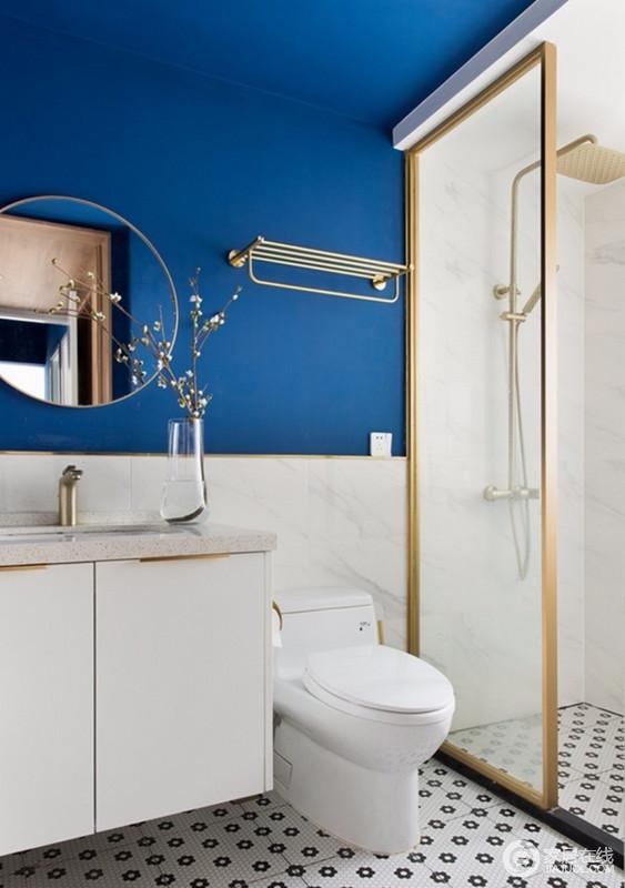卫生间同样搭配着克莱因蓝,在金色的修边下,显得格外的优雅,简单的干湿分离,让打理也方便。