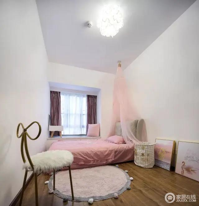 儿童房在简洁的墙面,搭配上粉色调的床单与床幔,营造出一个充满浪漫优雅的公主范空间。