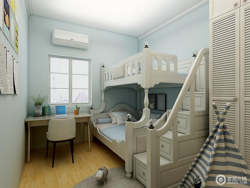 蓝色漆粉刷空间,造就了清新,欧式实木双层床既可收纳又可多人休息,极具实用性;书桌和游戏区以不同的设计,让孩子游刃有余地生活。