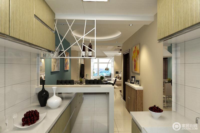设计师巧妙的在小空间里,布置出一方休闲区;简洁的大理石吧台好似从墙面延展出来,与地柜交叠打造,并作为餐厨的区域分界;顶上镂空酒架充满几何美学,与原木吊柜对比搭配;吧台两侧更加入了对称的镜面,无形中扩展空间,减弱空间的局促和紧凑。