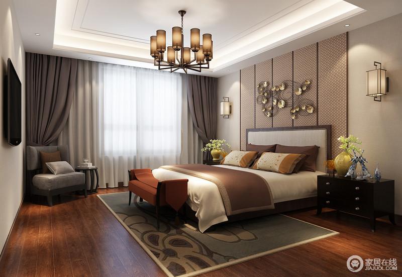 柔和干净的米灰色作为墙面打底,营造了卧室平和恬静的休憩氛围;床头墙面则装饰浅橙色网格条块软包,雅致色调与床品、尾凳,形成色调层次上的延展;装点的金属配饰与壁灯风格碰撞,亦古亦今的气质呼应整个空间。