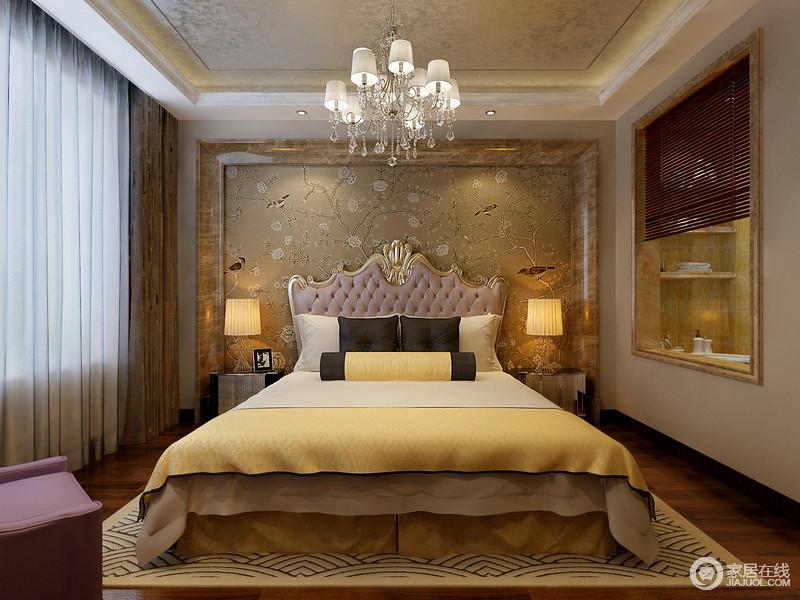 整个空间的线条十分笔直,从金箔吊灯到大理石边的背景墙,表达线条之美;花卉壁纸的自然和煦,与暖黄色的光营造空间的温馨,欧式床搭配金属床头柜彰显奢华。