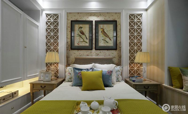 卧室以几何板材打造得背景墙让空间多了镂空美学,而两幅雀鸟图挂在背景墙上反衬着花纹式墙纸,将房间映衬得很清爽;床头两面的台灯发出昏黄的灯光,与蓝色花卉和黄色靠垫构成田园清新。