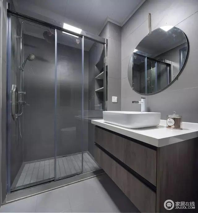 灰色调的卫生间,布置出一个简洁大方的卫浴体验。