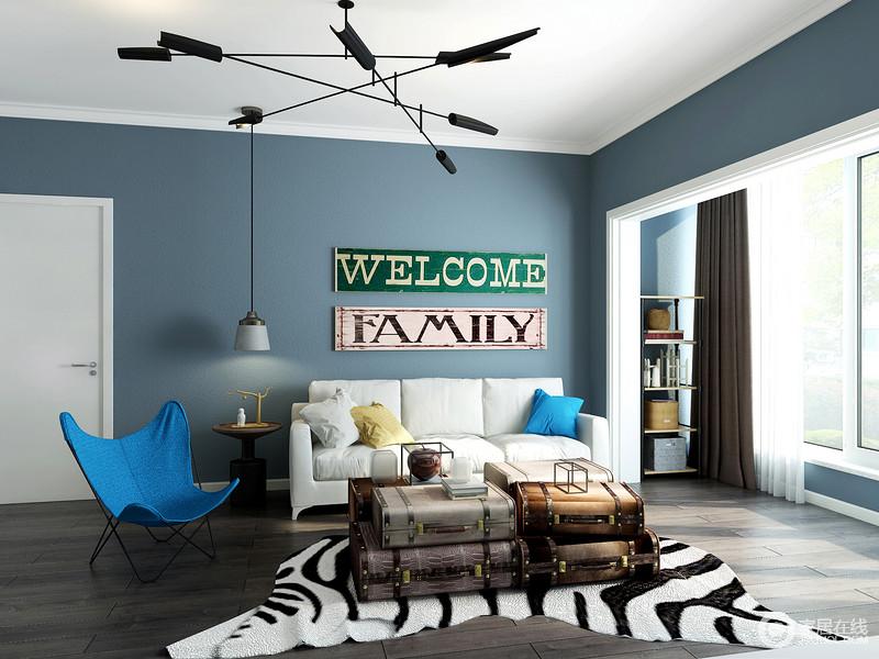 蓝色的墙面配上白色的沙发给人的感觉舒适、惬意。