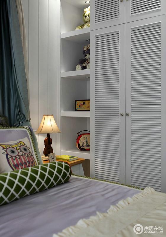 大的白色色调的柜子屹立在卧室的一角,猫头鹰枕头俏皮摆放在床头,让地中海风情的家多了自然的表达,同时收纳格的设计更是多了实用之能。