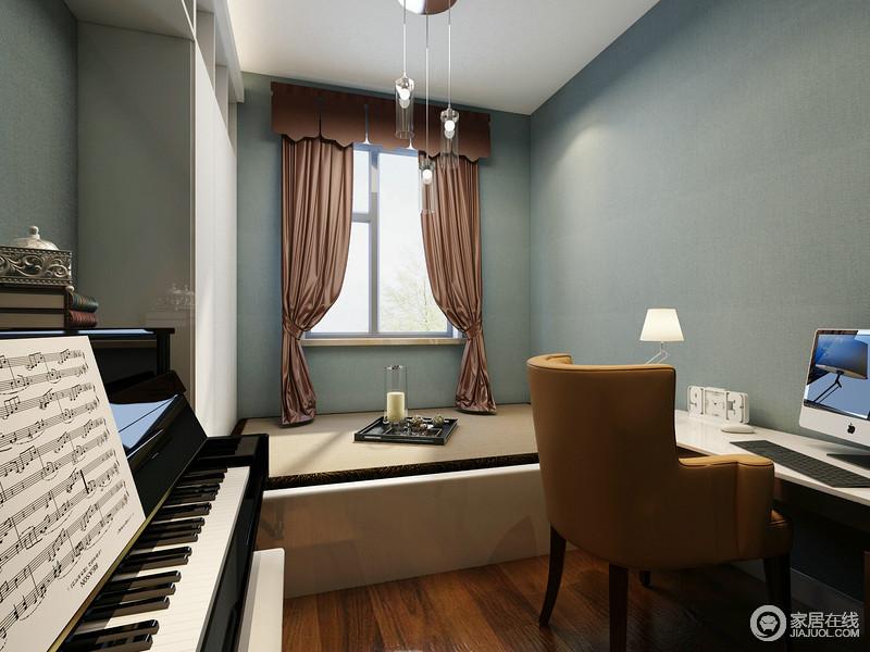 书房以蓝色壁纸作装饰,搭配白色吊顶,营造了一个足够雅静轻曼的空间氛围;榻榻米的设计既实用又简洁,咖色窗帘盒棕黄色椅子精致上乘,让主人的生活更为舒适,而钢琴与书桌的黑白对比,给予空间抽象之余,更增添了不少有趣地休闲方式。