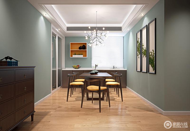 餐厅以绿色粉刷墙面,色彩上的清新增加了浓郁的自然亲和;墙面以绿叶制成的艺术品与树枝造型的金属吊灯营造出生机感,让褐木新中式餐椅不仅质感上乘,而且别有韵味,新中式边几和橱柜以古新设计凝结出大气。