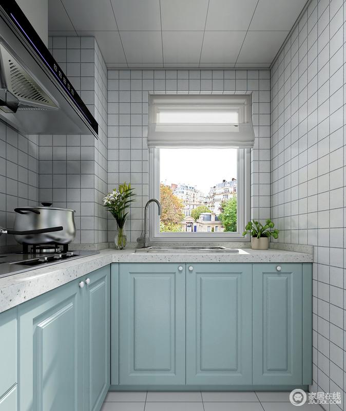 合理的厨柜设计才能让空间得到充分的利用,水槽下方的厨柜空间,锡箔纸可以很好的解决厨柜的潮湿问题,宽敞的空间也为净水器的摆放做好了充分的准备。