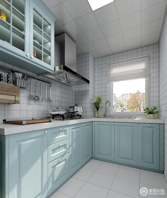 厨房是最具烟火气的地方,好的设计是服务于生活的,不花哨,不冗余;简约直白的表达了空间的实用性,白色墙面与浅蓝的柜子搭配,显得更加清爽明亮。
