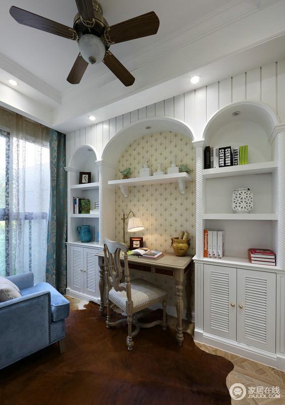 书房利用的是白色光线营造出一种清新、明媚的氛围,原木质地的桌椅镶嵌在书架之中,散发出欧洲古典的气息;而借地中海的拱形造型将书柜打造出来,让空间多了几何美学。