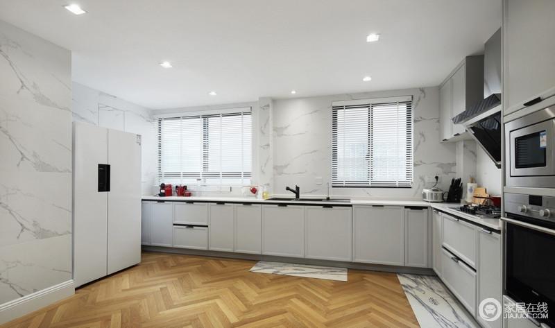 屋主家以西式餐点为主,而且空间通透,油烟不易停留,直接采用开放式厨房完美实现了屋主的要求;地板是三层实木复合质量稳定,易打理,还铺了地垫,不用过分担心水渍问题。