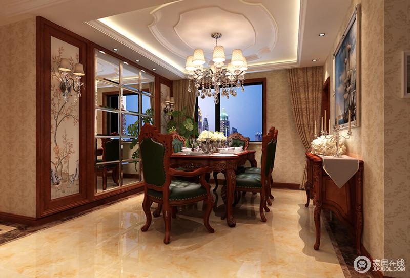 餐厅方正中透露着紧凑的布局节奏,与客厅选用统一家具,令设计主调统领空间,不再差异;精雕过的花纹边柜上摆放着银质烛台,在必要时渲染浪漫的气氛。
