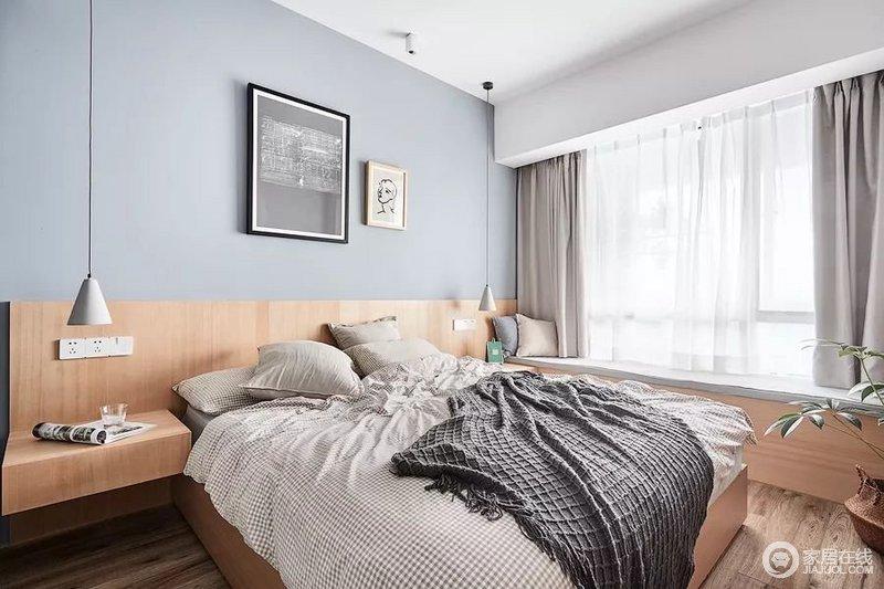 主卧的采光也特别棒,整个空间氛围清新又自然,加之,浅蓝色背景墙悬挂的黑白挂画,清新之中,带来一种反差美学;卧床、床头柜融为一体,十分的协调,搭配原木床头柜简单却足够实用,小巧的设计,让生活更富温情,而白色格床品搭配灰色毛毯,带来中性的舒适。
