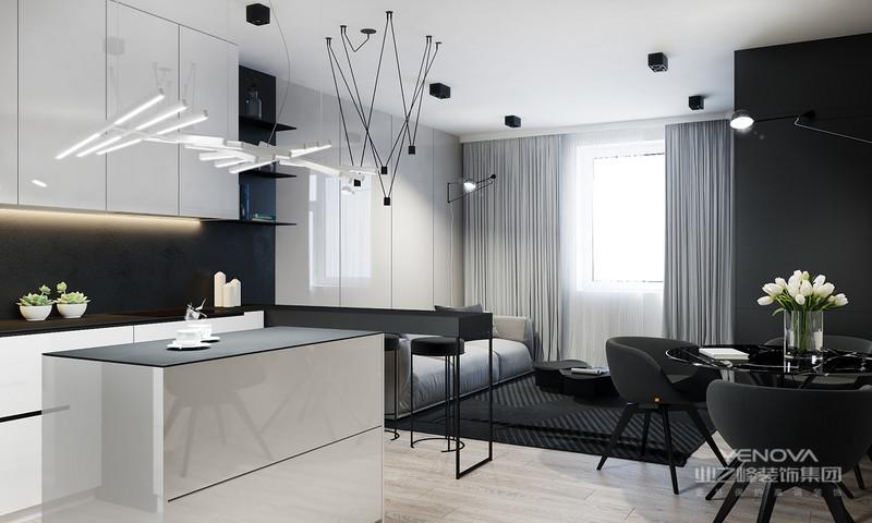 灰色的布艺沙发搭配黑色的茶几以及黑色的地毯整个简约大方很是温馨