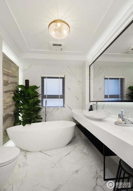 因为有两个卫生间,主卫就装了个浴缸,偶尔可以泡泡澡,两个卫生间用的都是挂壁式马桶,小户型也很适用,节省空间还避免卫生死角,白色调的设计更显干净利落。