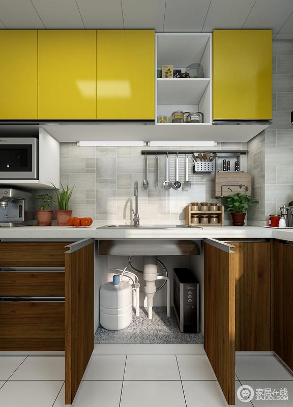 合理的厨柜设计,才能让空间得到充分的利用,水槽下方的厨柜空间,锡箔纸可以很好的解决厨柜的潮湿问题,宽敞的空间也为净水器的摆放做好了充分的准备。