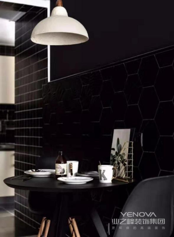 餐厅的大胆用色让人惊讶,将客厅的主色调延到餐厅,拉升颜值,增添几分精致感。