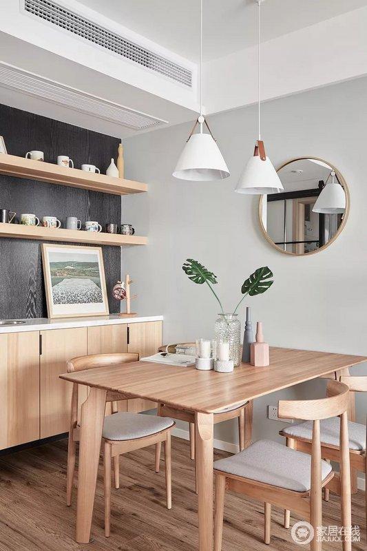 虽然餐厅开放式设计,却以原木边柜和收纳架的方式,收纳其日常的点滴,也因为各式马克杯的点缀,让空间多了自然风;餐桌椅与地板、木镜子都是浅色的原木风,满屋子都散发出大自然的纯朴气息,打造出了极为休闲的家居氛围。