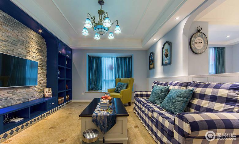 沙发选用的是蓝白相间的格子色,窗帘选用蓝色,沙发椅子选用黄色形成对比,白色的墙面上挂上了海边的美景,有种度假的感觉。