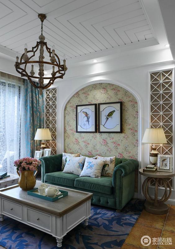 白色拱形门是欧式风格最典型的设计之一,这里我们在客厅制作了这种形状作为了背景墙,显示出欧式地中海风格的特色,再加上花卉壁纸和绿色沙发给予整个空间田园般的清新和静。