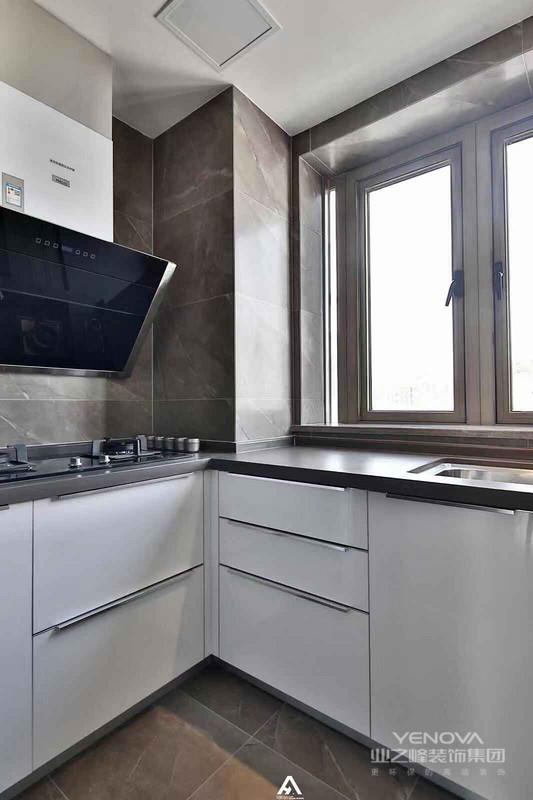 厨房的砖和客厅一样,配的是白色的橱柜,经典耐看的搭配手法。